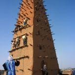 Crépissage de mla mosquée d'Agadez, Niger, patrimoine mondial de l'UNESCO